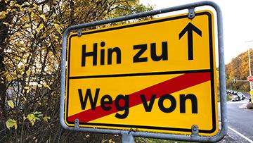 """Ortsschild """"Hin zu / Weg von"""" Foto: Harald Dobmayer"""